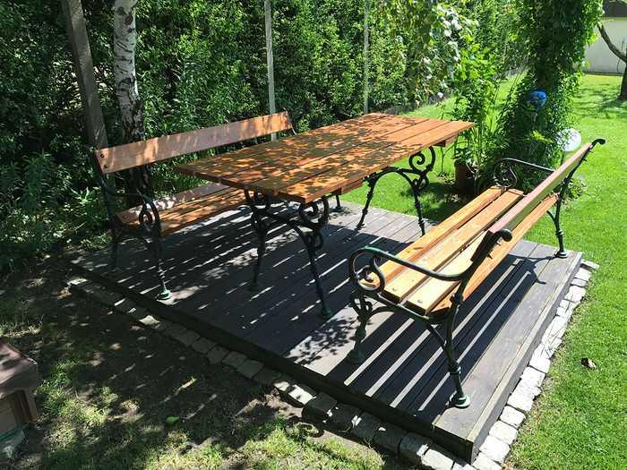 Gartenbänke und Gartentisch