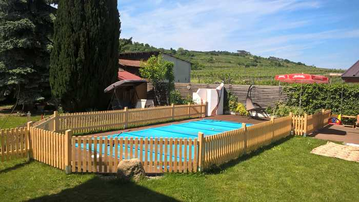 Holzzaun um Schwimmbad