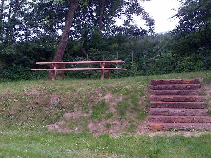 Garnitur und Holztreppe